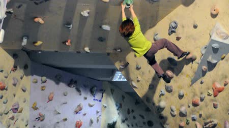 сильный : Child exercising in bouldering gym