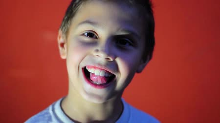 spojrzenie : happy smiling elementary boy having fun Wideo
