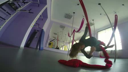 цирк : child playing and spinning on aerial silks in the gym class