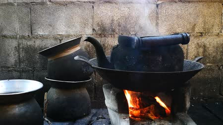 konvice : The old kettle placed on a stove in the kitchen of the villagers in the countryside. Dostupné videozáznamy