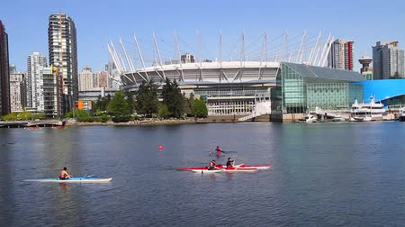 yanliŞ : VANCOUVER, BRITISH COLUMBIA,CANADA - CIRCA May 2012 :people paddling in front of new bc place Stok Video