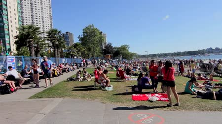 yanliŞ : VANCOUVER, BRITISH COLUMBIA,CANADA - CIRCA May 2012 :english bay crowd waiting for fireworks show Stok Video