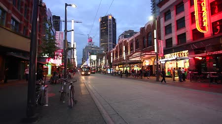 yanliŞ : VANCOUVER, BRITISH COLUMBIA,CANADA - CIRCA May 2012 :dolly shot - evening Granville street district Stok Video