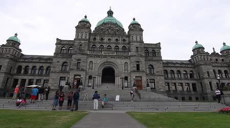 парламент : VICTORIA, BRITISH COLUMBIA,CANADA - CIRCA May 2012 :dolly shot  - in front  Victoria Canada Parliament Building