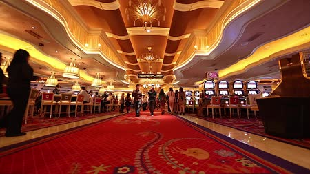 szerencsejáték : people walking inside the wynn casino hotel red carpet