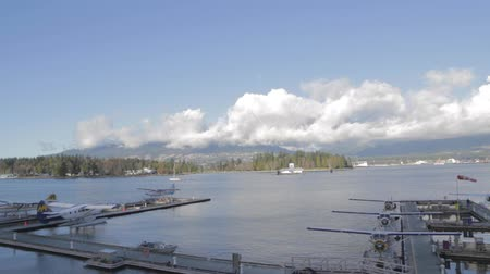 в центре города : sunny day of float planes at coal harbour Vancouver