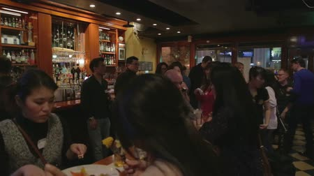 canadense : pan - bar scene in Taipei with international crowd Vídeos