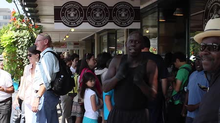 spící : SEATTLE,UNITED STATES - CIRCA May 2012 :original Starbucks on pike st - performers & tourists