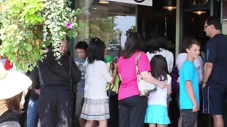 szczupak : SEATTLE,UNITED STATES - CIRCA May 2012 :original Starbucks on pike st - tourists outside Wideo