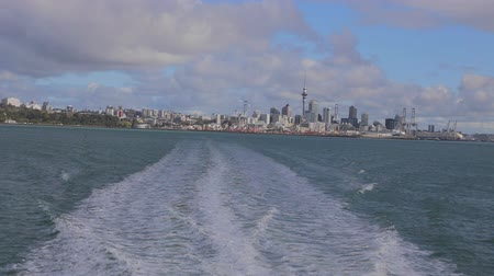 Új zéland : AUCKLAND ,NEW ZEALAND,- CIRCA September 2013:georgeous day -  view of auckland downtown including sky tower from boat