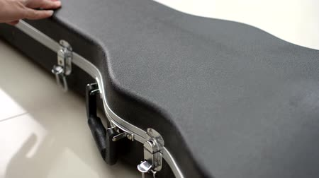 aberto : Open the guitar box