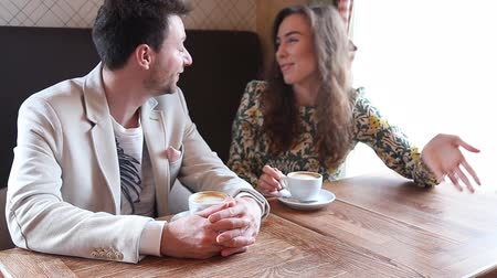 yansıma : Flirting  couple speak in cafe Stok Video