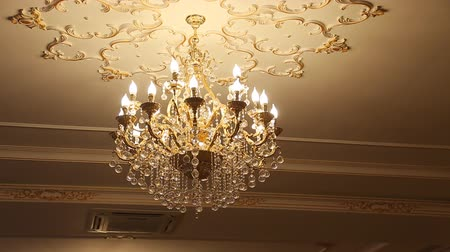 żyrandol : beautiful crystal chandelier in ball room Wideo
