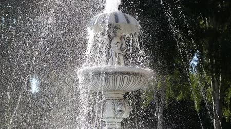poça de água : Water fountain in sunlight summer time