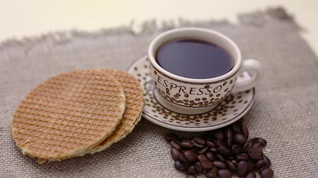 гауда : dutch stroopwafel, caramel waffle and coffee on table