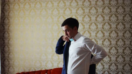 формальный : Groom prepares for wedding at home