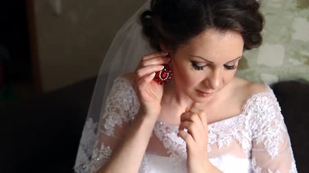 brincos : beautiful brunette stylish bride getting ready in the morning in the room Stock Footage