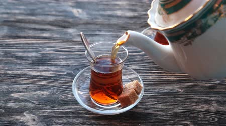марокканский : Pouring cup of tea slow motion