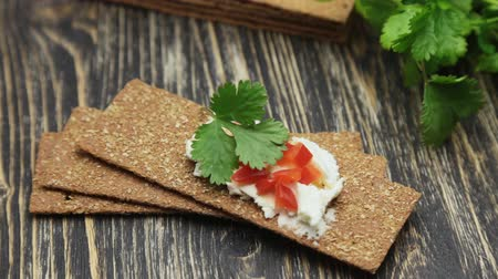 hortelã pimenta : Crispbread with soft cottage cheese and red pepper