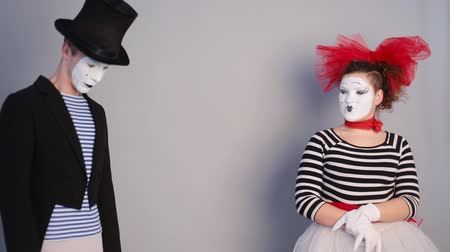 тайна : Male mime sharing secret with surprised female mime
