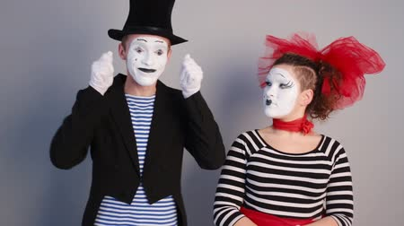 комедия : Female mime holding invisible a mask