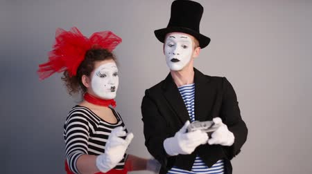 актер : Two Mimes take selfie Стоковые видеозаписи