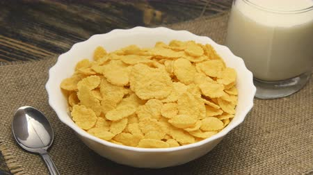 dönen : corn-flakes rotating on table