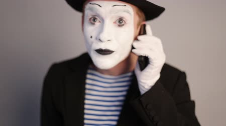 význam : Funny Mime on the phone