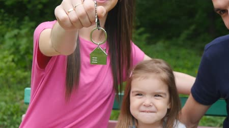 compra : Happy family with the keys to the apartment Stock Footage