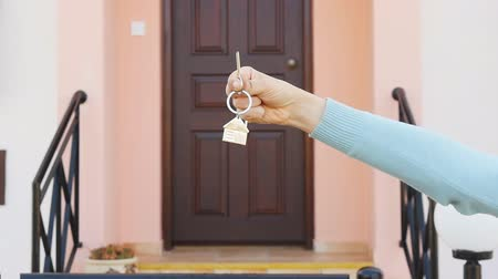 compra : Woman holding house key Stock Footage
