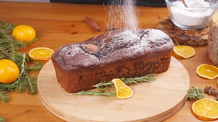 biszkopt : Sugar powder is poured onto the chocolate cake Wideo