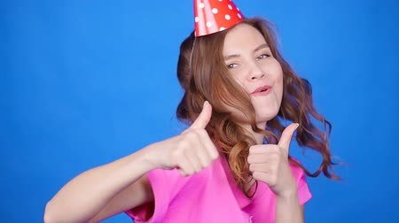 элегантный : Young pretty woman dancing and showing thumbs up. Celebration and party. Having fun concept