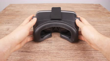 realidade : Wearing virtual reality glasses from the first person Vídeos
