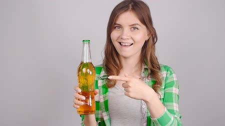 plavé vlasy : Young woman with bottle of beer