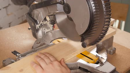 кусок : Electric circular saw cutting piece of wood in sawmill Стоковые видеозаписи