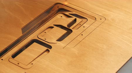 gravura : Laser machine cutting wood and plywood