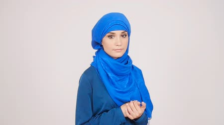 véu : Beautiful young muslim woman
