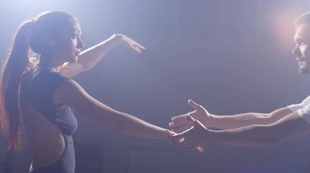 dansçılar : Couple dancing in a dark room in the backlight
