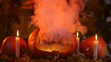 uğursuz : Scary carved pumpkin on Halloween in hot fire and smoke