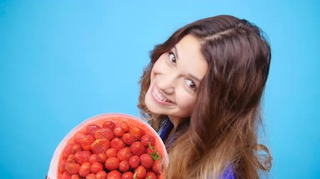 heřmánek : A cute young woman with a bouquet of strawberries Dostupné videozáznamy