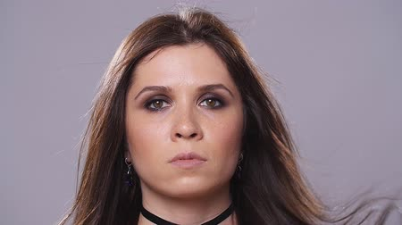 гот : Brunette woman with dark makeup