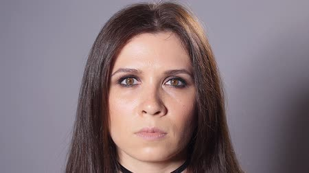 szempillák : Brunette woman with dark makeup
