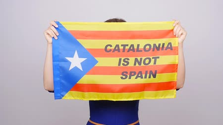 каталонский : Serious catalan woman with estelada flag. Referendum For The Separation Of Catalonia From Spain Стоковые видеозаписи