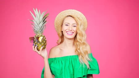 ananás : Portrait woman and pineapple with sunglasses over pink background Vídeos