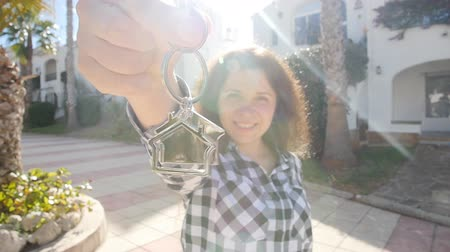 проданный : Happy young woman In Front of New Home with Keys Стоковые видеозаписи