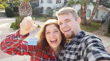 проданный : Couple In Front of New Home Showing Off Their House Keys Стоковые видеозаписи