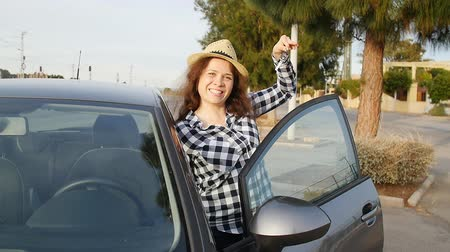 prawo jazdy : Woman driver showing car keys smiling happy in her new car