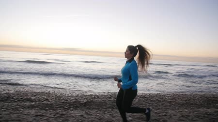 inspirar : Fitness woman runner running on the beach