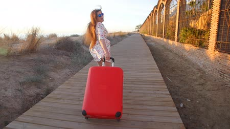 bavul : Young stylish woman running with red suitcase. Vacation concept
