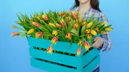 vibes : Young woman holding a box of fresh blossoming tulips
